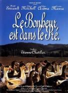 Le bonheur est dans le pré - French Movie Poster (xs thumbnail)